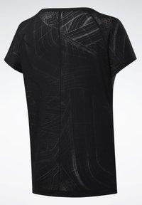 Reebok - BURNOUT TEE - T-shirt z nadrukiem - Black - 8