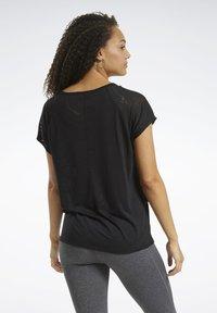 Reebok - BURNOUT TEE - T-shirt z nadrukiem - Black - 2