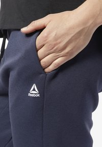 Reebok - TRAINING ESSENTIALS LINEAR LOGO PANTS - Tracksuit bottoms - heritage navy - 3
