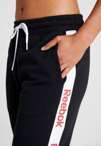 Reebok - LINEAR LOGO PANT - Teplákové kalhoty - black - 4
