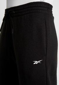 Reebok - LINEAR LOGO PANT - Teplákové kalhoty - black - 5
