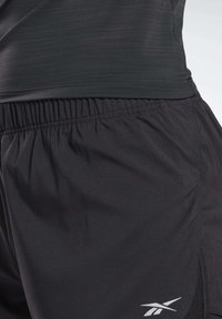 Reebok - RUNNING ESSENTIALS TWO-IN-ONE SHORTS - Shorts - black - 4