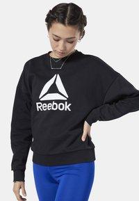 Reebok - WORKOUT READY BIG LOGO COVER-UP - Felpa - black - 0