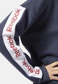 Reebok - TRAINING ESSENTIALS LOGO CREW SWEATSHIRT - Collegepaita - heritage navy - 2