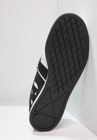 Reebok - LIFTER PR TRAINING SHOES - Sportovní boty - white/black - 4