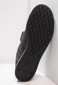 Reebok - LIFTER PR TRAINING SHOES - Sportschoenen - ash grey/black/white - 4