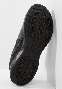 Reebok - WALK ULTRA 6 DMX MAX - Chodecké tenisky - black/alloy - 4