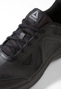 Reebok - WALK ULTRA 6 DMX MAX - Chodecké tenisky - black/alloy - 5