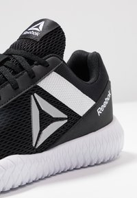 Reebok - FLEXAGON ENERGY PERFORMANCE SHOES - Gym- & träningskor - black/white/silver metallic - 5