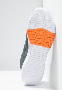 Reebok - FLEXAGON FORCE TRAINING LIGHT SHOES - Scarpe da fitness - cold grey/orange/white - 4