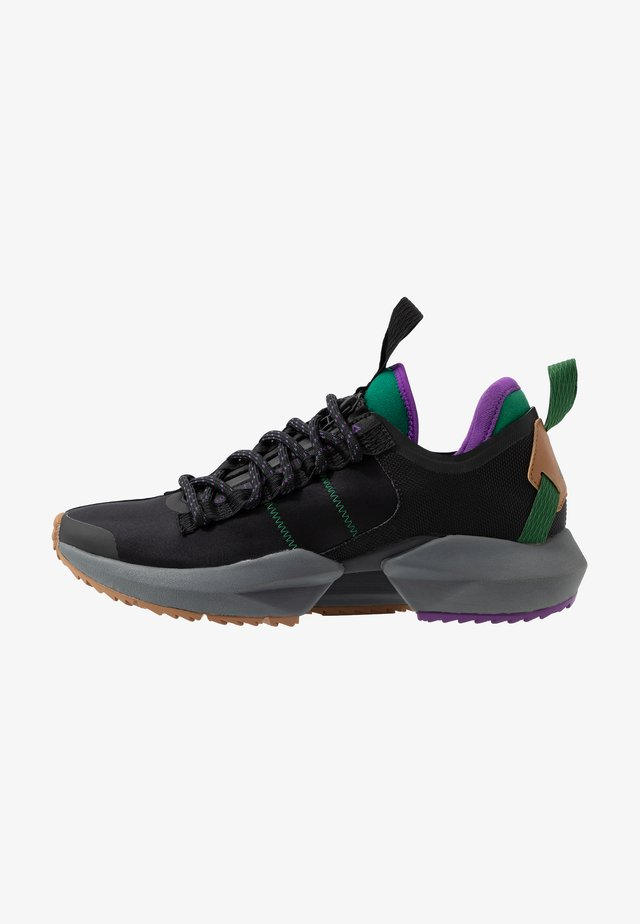 SOLE FURY TRAIL - Běžecké boty do terénu - black/clover green /regal purple