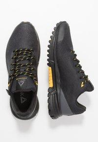 Reebok - REEBOK SAWCUT 7.0 GTX - Běžecké boty do terénu - black/grey/yellow - 1