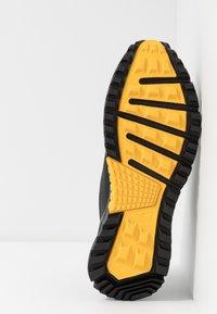 Reebok - REEBOK SAWCUT 7.0 GTX - Běžecké boty do terénu - black/grey/yellow - 4