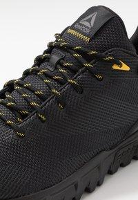 Reebok - REEBOK SAWCUT 7.0 GTX - Běžecké boty do terénu - black/grey/yellow - 5