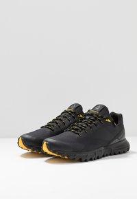 Reebok - REEBOK SAWCUT 7.0 GTX - Běžecké boty do terénu - black/grey/yellow - 2