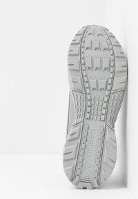 Reebok - RIDGERIDER 5 GTX - Běžecké boty do terénu - grey/black - 4