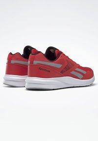 Reebok - RUNNER 4.0 SHOES - Chaussures de running neutres - radiant red - 4