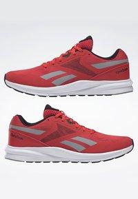 Reebok - RUNNER 4.0 SHOES - Chaussures de running neutres - radiant red - 5