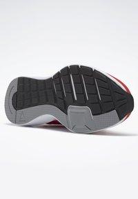 Reebok - RUNNER 4.0 SHOES - Obuwie do biegania treningowe - radiant red - 6