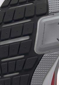 Reebok - RUNNER 4.0 SHOES - Obuwie do biegania treningowe - radiant red - 10