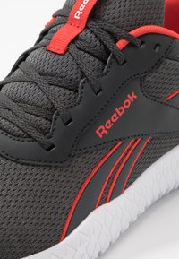 Reebok - FLEXAGON ENERGY 2.0 - Zapatillas de entrenamiento - true grey/pure grey/red - 5