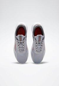 Reebok - REEBOK ENERGYLUX 2.0 SHOES - Obuwie do biegania treningowe - grey - 5