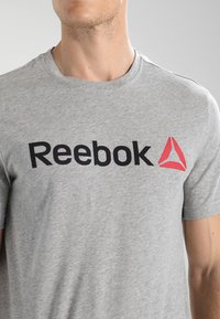 Reebok - TRAINING ESSENTIALS LINEAR LOGO - Koszulka sportowa - medium grey heather