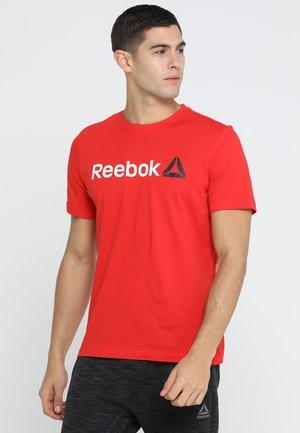 TRAINING ESSENTIALS LINEAR LOGO - Camiseta de deporte - motor red