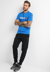 Reebok - TRAINING ESSENTIALS LINEAR LOGO - Sports shirt - blue - 1