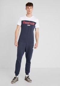 Reebok - TRAINING ESSENTIALS LINEAR LOGO - Koszulka sportowa - white - 1