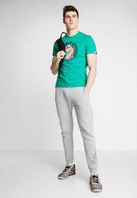 Reebok - FUNKY FLAMINGO CROSSFIT GRAPHIC TEE - T-shirt de sport - emerald - 1
