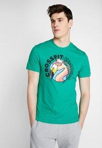 Reebok - FUNKY FLAMINGO CROSSFIT GRAPHIC TEE - T-shirt de sport - emerald - 0