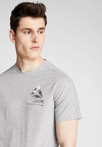 Reebok - OST SPEEDWICK GRAPHIC TEE - Triko s potiskem - mid grey heather