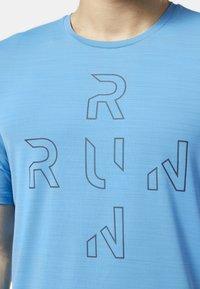 Reebok - ONE SERIES RUNNING ACTIVCHILL TEE - T-shirt con stampa - blue - 3