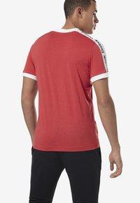 Reebok - TRAINING ESSENTIALS LINEAR LOGO TEE - T-shirt med print - rebel red - 1