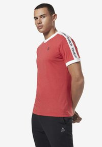 Reebok - TRAINING ESSENTIALS LINEAR LOGO TEE - T-shirt med print - rebel red - 2