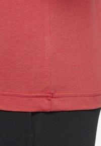 Reebok - TRAINING ESSENTIALS LINEAR LOGO TEE - T-shirt med print - rebel red - 5