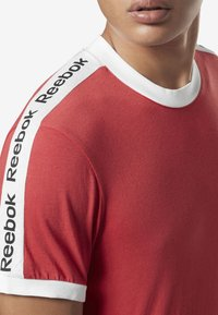 Reebok - TRAINING ESSENTIALS LINEAR LOGO TEE - T-shirt med print - rebel red - 4