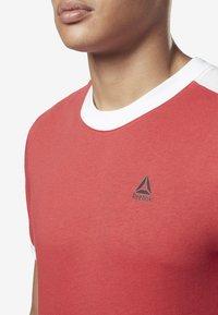 Reebok - TRAINING ESSENTIALS LINEAR LOGO TEE - T-shirt med print - rebel red - 3