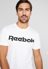 Reebok - ELEMENTS SPORT SHORT SLEEVE GRAPHIC TEE - T-shirt print - white - 4