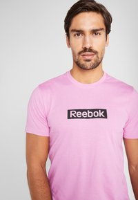 Reebok - ELEMENTS SPORT SHORT SLEEVE GRAPHIC TEE - Triko spotiskem - pink - 4