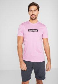 Reebok - ELEMENTS SPORT SHORT SLEEVE GRAPHIC TEE - Triko spotiskem - pink - 0