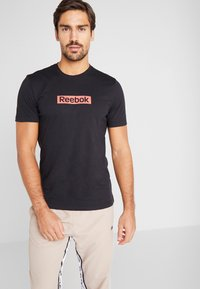 Reebok - ELEMENTS SPORT SHORT SLEEVE GRAPHIC TEE - T-shirt print - black - 0