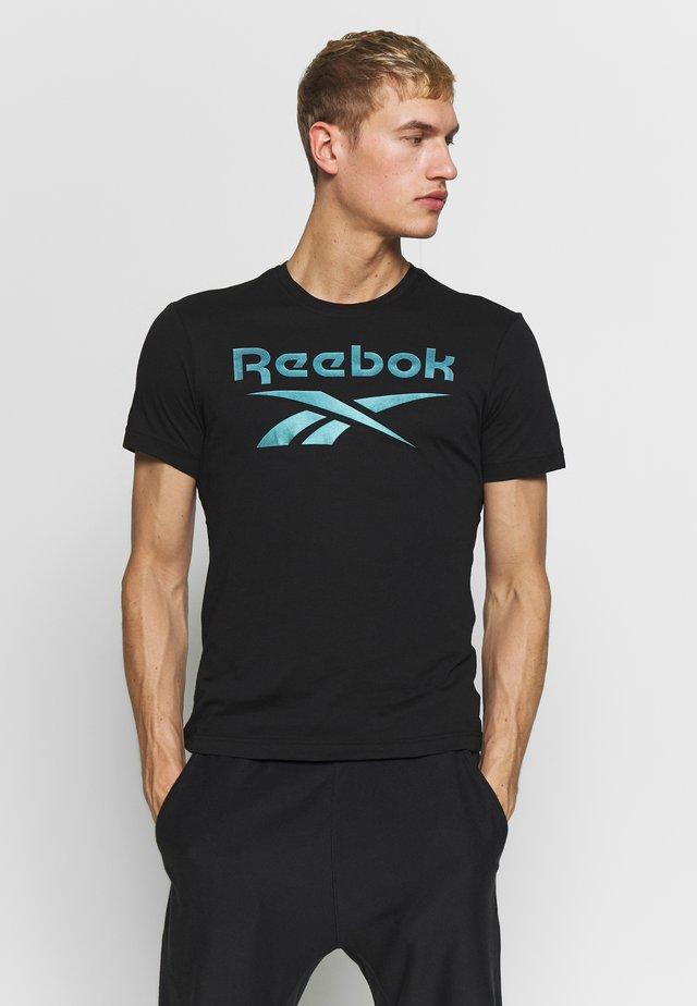 STACKED TEE - Camiseta estampada - black/silver