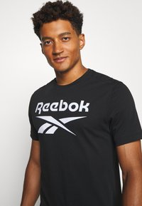 Reebok - STACKED TEE - Camiseta estampada - black - 4