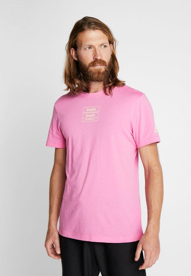 SPORT SHORT SLEEVE GRAPHIC TEE - T-Shirt print - pink