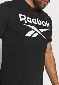 Reebok - SPEEDWICK SPORT SHORT SLEEVE GRAPHIC TEE - Camiseta estampada - black - 5