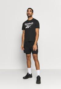 Reebok - SPEEDWICK SPORT SHORT SLEEVE GRAPHIC TEE - Camiseta estampada - black - 1