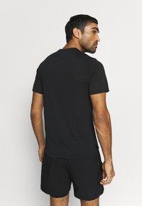 Reebok - SPEEDWICK SPORT SHORT SLEEVE GRAPHIC TEE - Camiseta estampada - black - 2