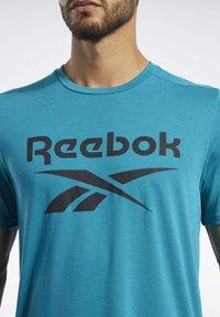 Reebok - WORKOUT READY SUPREMIUM GRAPHIC TEE - Print T-shirt - seaport teal - 3